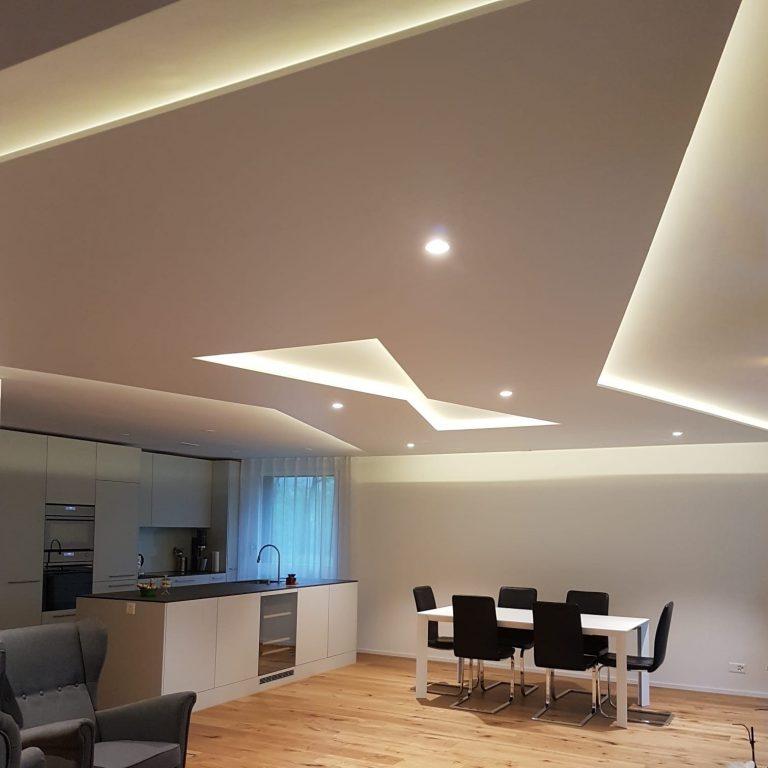 Raumakustikdecke im wohnzimmer mit Indirekter Beleuchtung